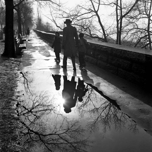 vivian-maier-father-and-children-reflected-in-a-paddle