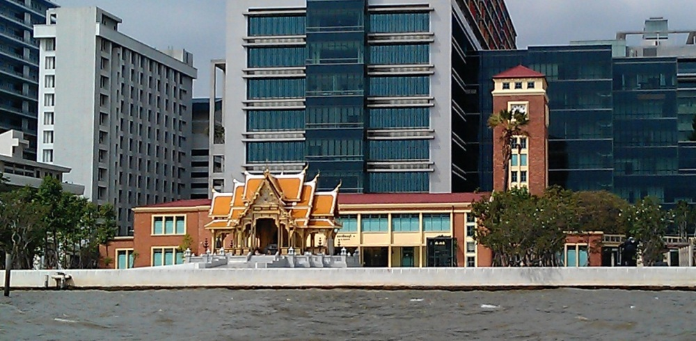 A view from the river: Döhring's railway station sandwiched between the King Chulalongkorn pagoda and buildings of Siriraj Hospital.