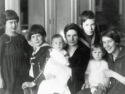 Katia Mann and the six nippers in 1919. Thomas must be off writing The Magic Mountain